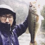 【雨がふったらバス釣りへ!】豊英ダムで春爆を体験した!タイニークラッシュに初フィッシュも!